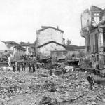 Vecinos de Grado, entre los escombros que dejó la crecida del río Martín.  biblioteca de grado