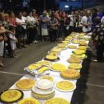 El público observa cómo el jurado saborea las tortillas, ayer, en El Frontón del parque de Arriba. SARA ARIAS