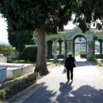 Una vecina, saliendo del cementerio por el pórtico, ayer. S. ARIAS