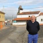A la izquierda, Francisco Alonso, en la zona de La Mata levantada por las obras. Sobre estas líneas, la zona donde, a juicio de los vecinos, debería ir el alcantarillado. SARA ARIAS
