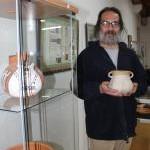 Hernán Bravo, coordinador de la muestra, sostiene una de las piezas expuestas. s. arias