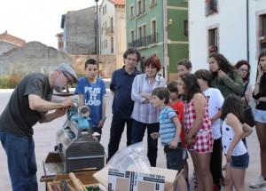 Jesús García, mostrando cómo hacer una peonza en la edición del año pasado. SARA ARIAS
