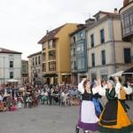 """El grupo de baile tradicional """"Nocéu"""" anima el Folk in Grau."""