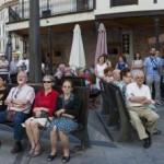 Vecinos y visitantes escuchan el discurso de Xosé Ambás. maría gómez