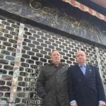 Tino y Manolo Tarralva delante del negocio que regentaron desde 1961 en la calle Manuel Pedregal. S. ARIAS