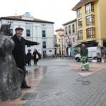 """José Luis Iglesias, junto a """"La Muyerina"""", señala el lugar donde estaba anteriormente. SARA ARIAS"""