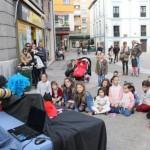 Espectáculo de cuentacuentos teatral, ayer, en la plaza General Ponte de Grado.