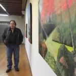 El coordinador de los Encuentros, Alberto Mendívil, al lado de una de sus obras expuestas. s. arias