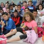 A la izquierda, los alumnos de 5.ºA del Bernardo Gurdiel, ayer, tras la presentación del corto en la residencia de ancianos. A la derecha, los escolares del Virgen del Fresno, en el mercadillo solidario, en el que recibieron un premio de Danone. S. ARIAS